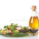 Miért olajat érdemes öntened a salátára és nem öntetet?
